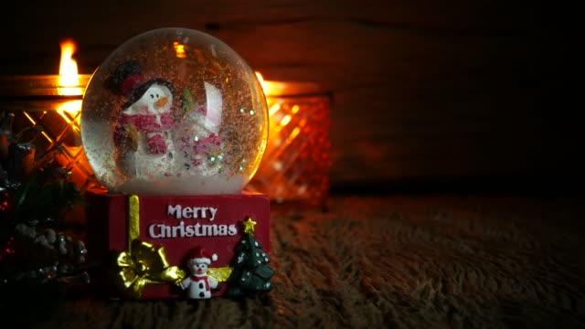 weihnachtsbaum, weihnachtsmann-spielzeug und schneemann in schneekugel - weihnachtsstrumpf stock-videos und b-roll-filmmaterial