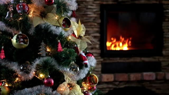 vídeos de stock e filmes b-roll de christmas tree. - living room background