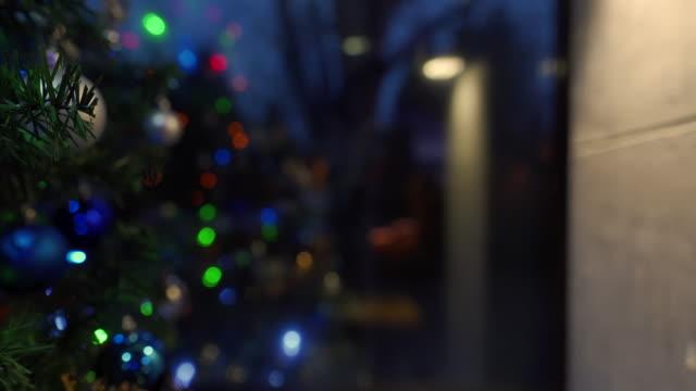 weihnachtsbaum - girlande dekoration stock-videos und b-roll-filmmaterial
