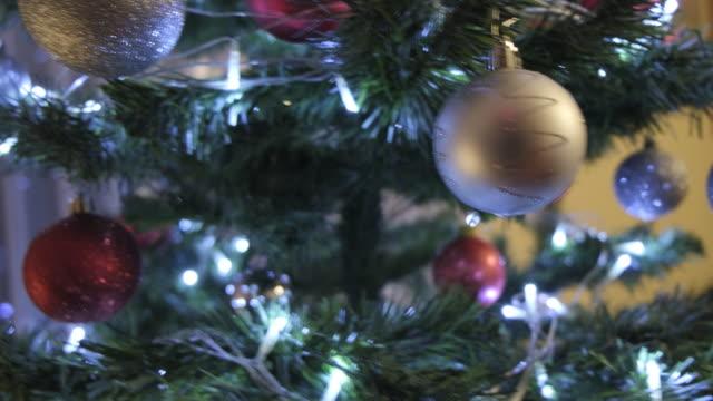 vídeos de stock e filmes b-roll de christmas tree - living room background