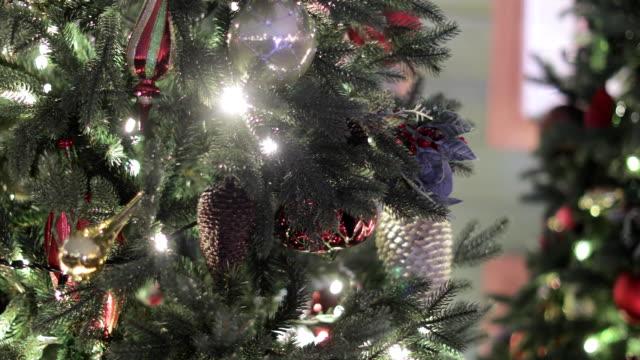 christmas tree with garlands - ghirlanda decorazione video stock e b–roll
