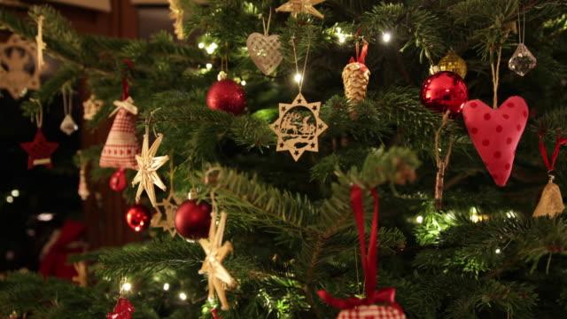 vídeos y material grabado en eventos de stock de árbol de navidad con decoración artesanal panorámica - christmas trees