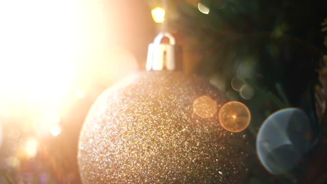クリスマス ツリーの装飾品と多重ライト - クリスマスツリー点の映像素材/bロール