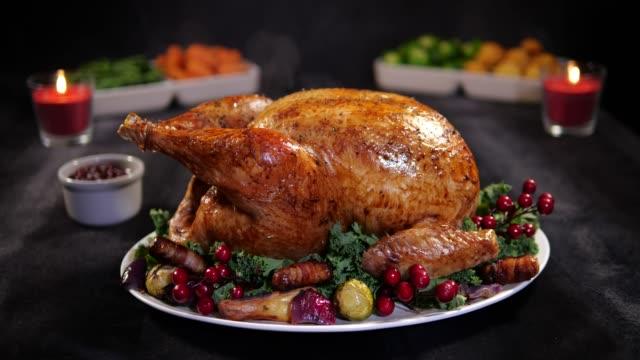4k: christmas turkey dinner / lunch slow zoom - indyk pieczony filmów i materiałów b-roll