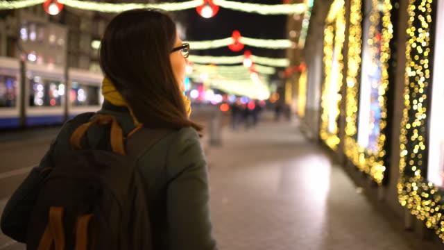 weihnachten window-shopping - schaufenster stock-videos und b-roll-filmmaterial
