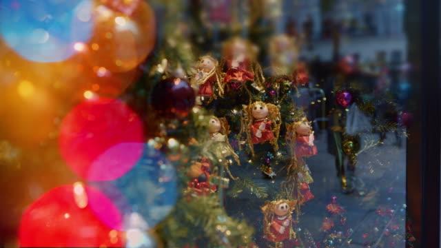 christmas fönster med speglar människor semester julbelysning - christmas decorations bildbanksvideor och videomaterial från bakom kulisserna