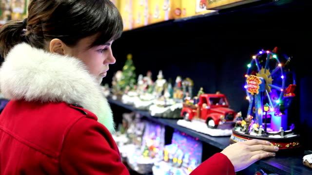weihnachten-frau einkaufen im markt - antique shop stock-videos und b-roll-filmmaterial