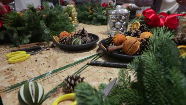 vidéos et rushes de atelier de fabrication de couronne de noël - composition florale