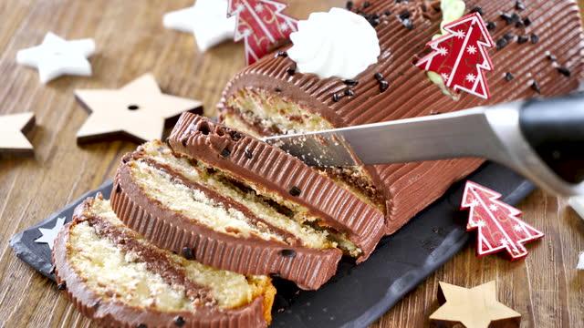 stockvideo's en b-roll-footage met kerst yule log cake - boomstam