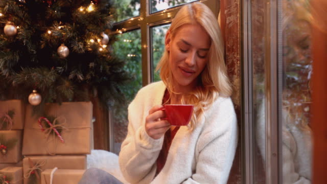 vídeos de stock, filmes e b-roll de natal - moda de inverno