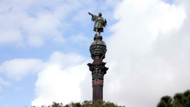 christopher columbus monument in barcelona, spain. timelapse, clouds moving in the background. catalonia - columbus day filmów i materiałów b-roll