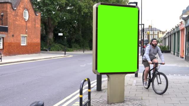 stockvideo's en b-roll-footage met chroma key billboard op straat in de dag - bord bericht