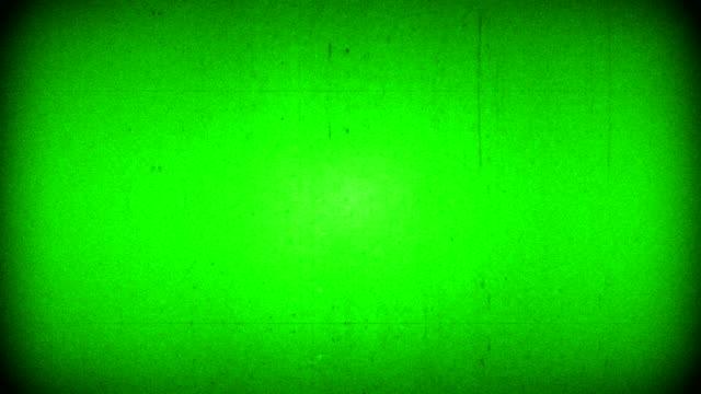 vídeos de stock, filmes e b-roll de chroma chave verde tela vhs fundo realista cintilação, sinal de tv vintage analógico com interferência ruim e linhas horizontais, fundo de ruído estático - contorcido