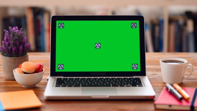 vídeos de stock e filmes b-roll de chroma key screen laptop computer on desk - aproximar imagem
