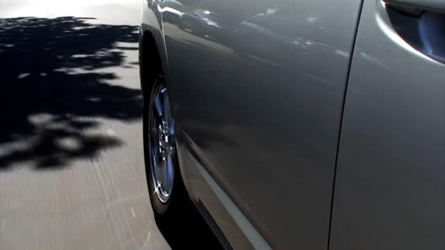 cerchio cromato vista laterale posteriore - sportello d'auto video stock e b–roll