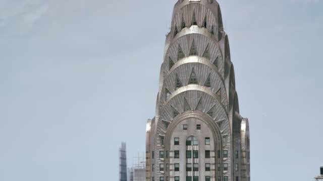 aerial chrysler building, manhattan, ny in sunshine - sezione superiore video stock e b–roll