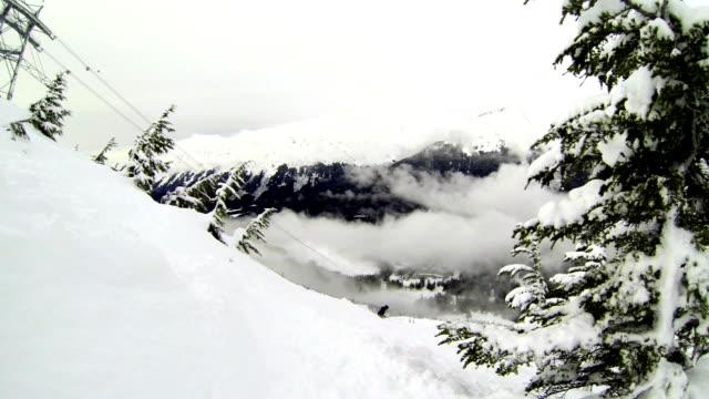 楚加奇山阿拉斯加冬季體育史詩粉滑雪單板滑雪和纜車以車手騎上山 - 州立公園 個影片檔及 b 捲影像