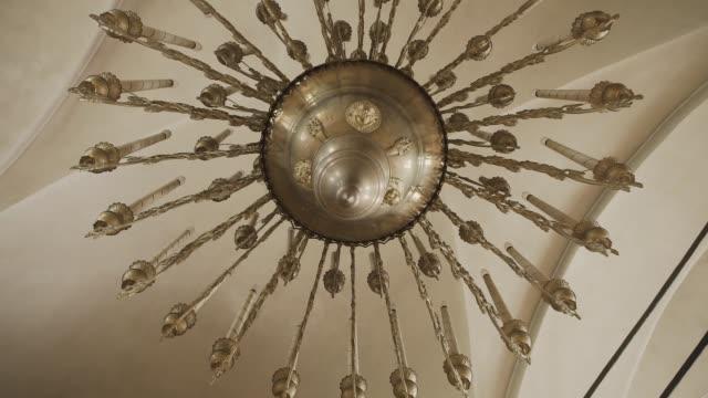 kilise tavanında kilise avize - süslü püslü stok videoları ve detay görüntü çekimi