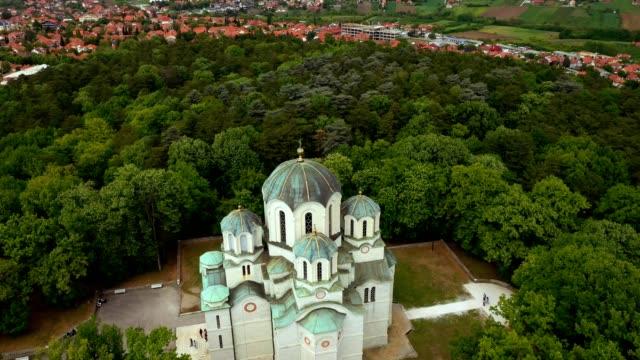 bir tepenin üstündeki ormanda kilise... stok video - sırbistan stok videoları ve detay görüntü çekimi