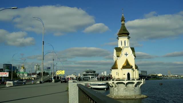 aziz nicholas kilisesi su üzerinde. kiev, ukrayna - hayvan avlama stok videoları ve detay görüntü çekimi