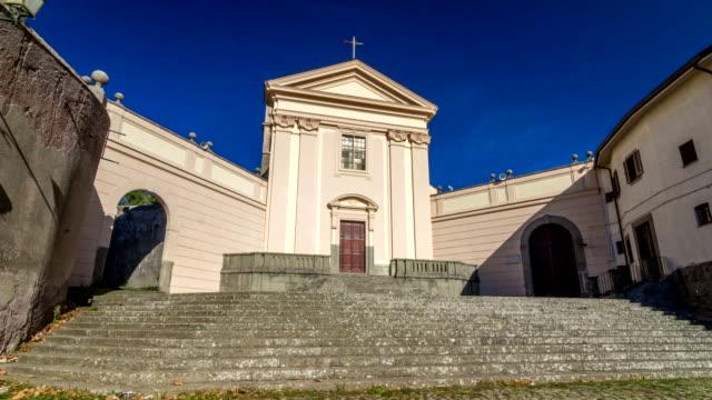 kyrkan av den capuchins i albano laziale upplyst av solen timelapse hyperlapse i en sommardag - påve bildbanksvideor och videomaterial från bakom kulisserna