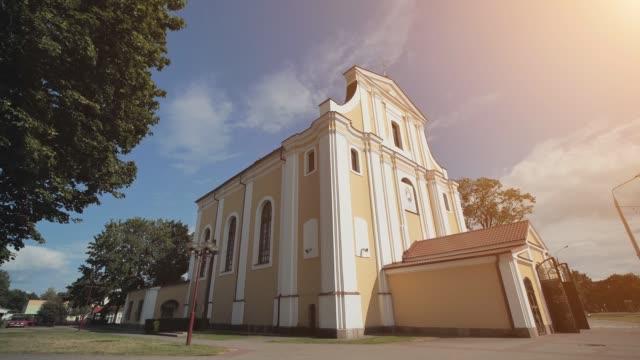kirche der erhöhung des heiligen kreuzes, eine katholische kirche in lida, ein denkmal der architektur im stil von vilna barock - religiöses symbol stock-videos und b-roll-filmmaterial