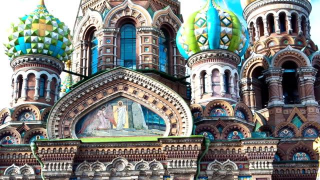 kyrkan av frälsaren på spillda blod. st. petersburg. ryssland. timelapse - peter the apostle bildbanksvideor och videomaterial från bakom kulisserna