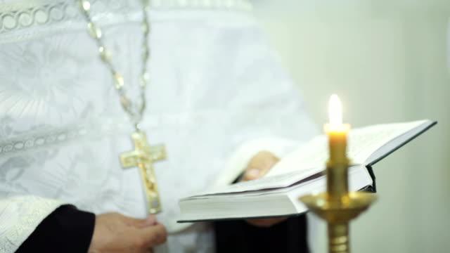 vidéos et rushes de église de service - baptême