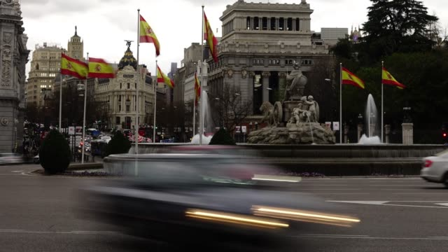cibeles fountain in madrid. time lapse. - città diffusa video stock e b–roll