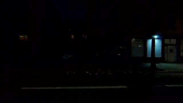 vidéos et rushes de cincinnati xi synchronisé série gauche vue processus plaque nuit au volant - voiture nuit