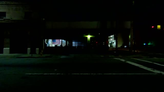 vidéos et rushes de cincinnati xix synchronisé série gauche vue processus plaque nuit au volant - voiture nuit