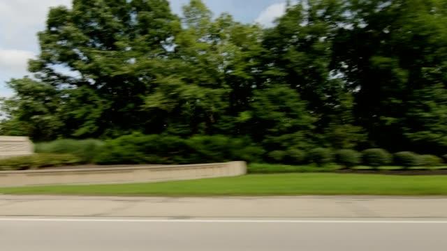 vídeos de stock, filmes e b-roll de cincinnati xxi sincronizado série direita dirigindo placa de processo studio - janela