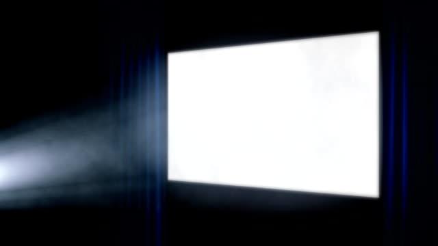 kino ekran z światło niebieskie zasłony pod projektor - urządzenie projekcyjne filmów i materiałów b-roll