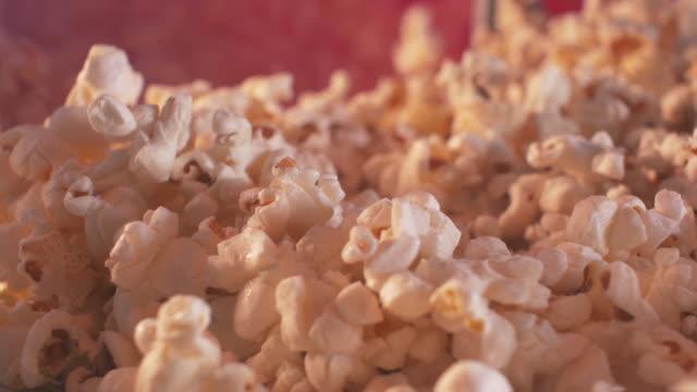 stockvideo's en b-roll-footage met bioscoop stijl popcorn machine - popcorn