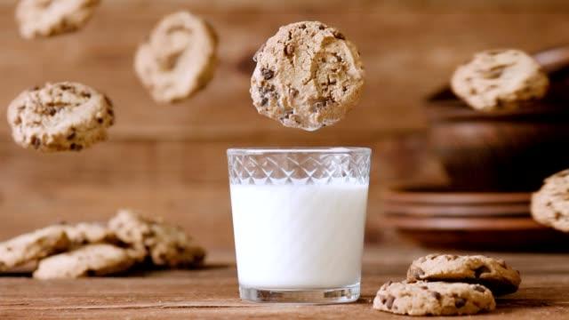 vídeos y material grabado en eventos de stock de cinemagraph - galleta cae en el vaso de leche. nadie. - galleta dulces
