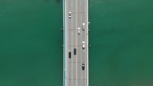vídeos de stock e filmes b-roll de cinemagraph of a bridge over river water from directly above - reto descrição física