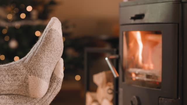 足をクリスマスに暖炉の前での cinemagraph - 十二月点の映像素材/bロール