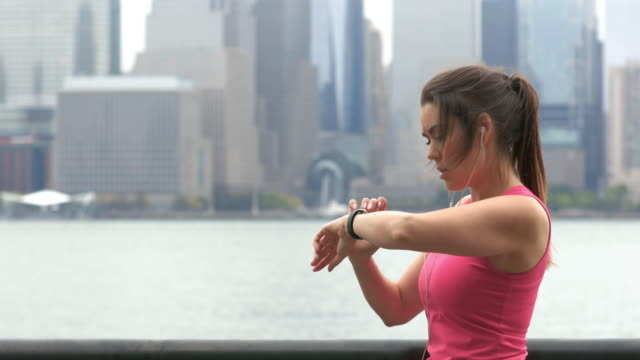 vídeos de stock e filmes b-roll de cinemagraph of healthy lifestyle young woman running in new york city - young woman running city