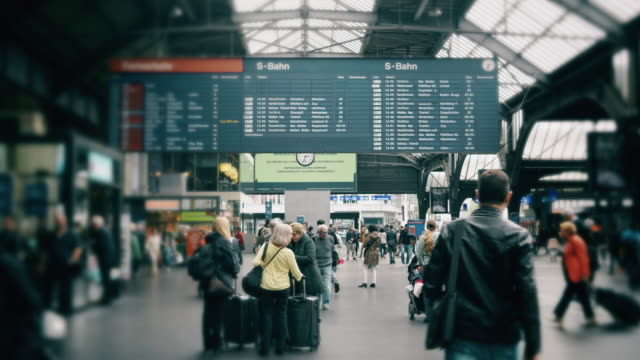 kino ludzi dojeżdżających do pracy na dworcu kolejowym w szwajcarii - szwajcaria filmów i materiałów b-roll
