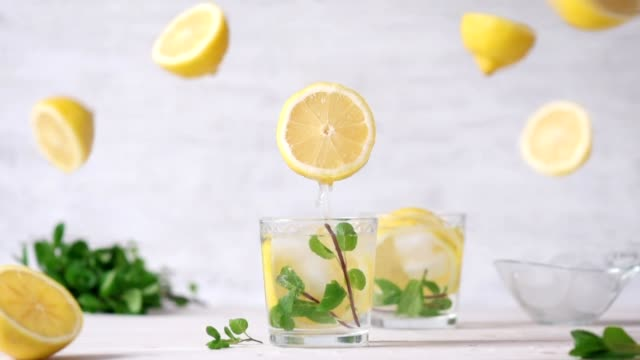 cinemagraph - pouring the lemon juice into a glass. nobody. - лимон стоковые видео и кадры b-roll