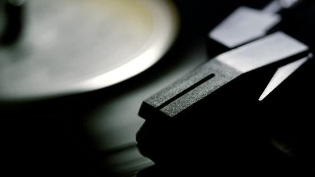 vídeos y material grabado en eventos de stock de grabación cinematográfica girando en un tocadiscos. mono. - disco audio analógico