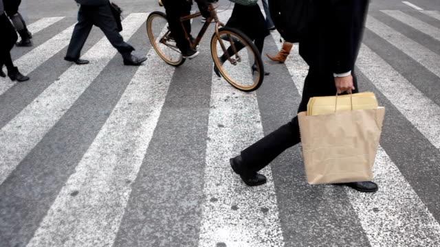 hd-cinemagraph kreuzung shibuya in tokio - überweg warnschild stock-videos und b-roll-filmmaterial