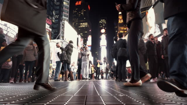 4 k-cinema-grafico turisti a time square, new york city - distinguersi dalla massa video stock e b–roll
