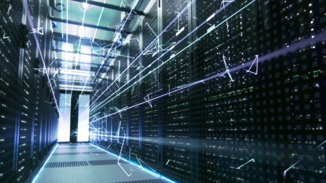 fradgande begreppet: aktivering av datacenter. animerade digitalisering av information, sammanlänkade trianglar av energilinjer flyga genom rackservrar. - server room bildbanksvideor och videomaterial från bakom kulisserna