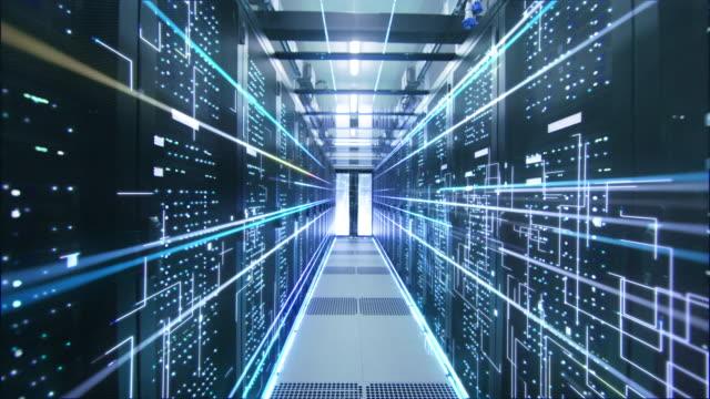 stockvideo's en b-roll-footage met cinematografische concept van: activering van data center. geanimeerde digitalisering van informatie, energie lijnen vliegen door rack-servers. - datacenter