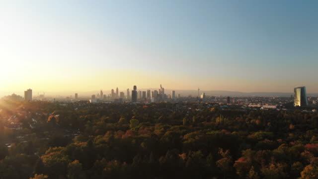 Filmischen Luftaufnahmen der Frankfurter Skyline Panorama bei Sonnenuntergang – Video