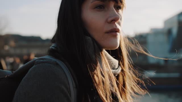 パリ川橋スローモーションの景色を楽しむカメラで美しいエレガントな思慮深い女性の映画の肖像画。 - 寂しさ点の映像素材/bロール