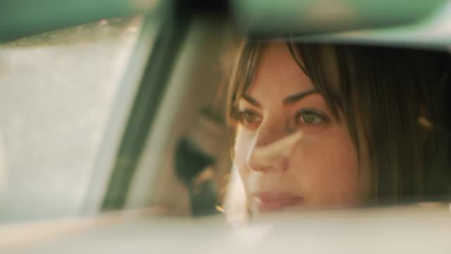 vídeos de stock, filmes e b-roll de tiro cinematográfico de uma mulher bonita que conduz durante o dia. - carro mulher