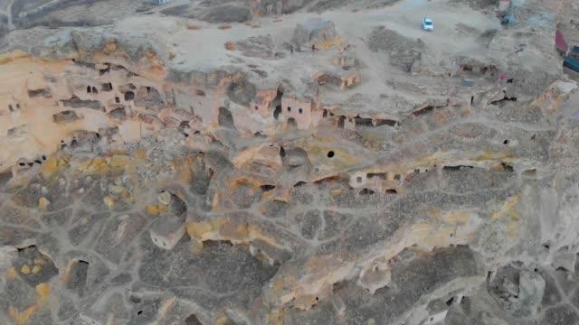 filmische ansicht von höhlenhäusern in kappadokien, türkei - zentralanatolien stock-videos und b-roll-filmmaterial
