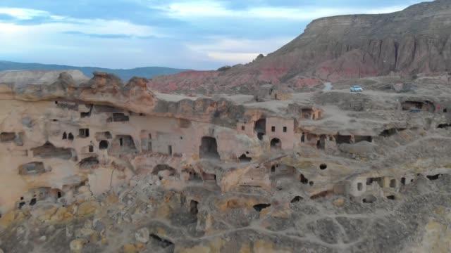 filmisk vy över grotthus i kappadokien, turkiet - stenhus bildbanksvideor och videomaterial från bakom kulisserna